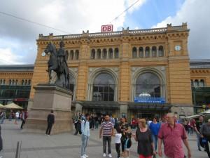 Hannoverin rautatieasema on sekin varsin suuri ja ennen kaikkea vilkas. Sisältä jopa ahdistavan ruuhkainen paikka.