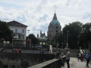 Silta yli Leine -joen. Edessä näkyy Hannoverin raatihuoneen kupoli (jossa kävimme pelin jälkeen mutta siitä myöhemmässä postauksessa).