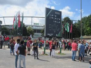 Matsietkoja varten oli HDI-Arenan eteen pystytetty oluen ja makkaranmyyntipisteitä perisaksalaiseen tapaan. Ja väkeä riitti. Ottelun yleisömääräksi ilmoitettiin 38 400. HDI-Areenan kapasiteetti on noin 10 000 enemmän.