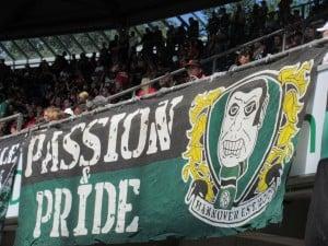 Hannoverin Ultrat on sijoitettu Nordkurven yläkatsomoon.