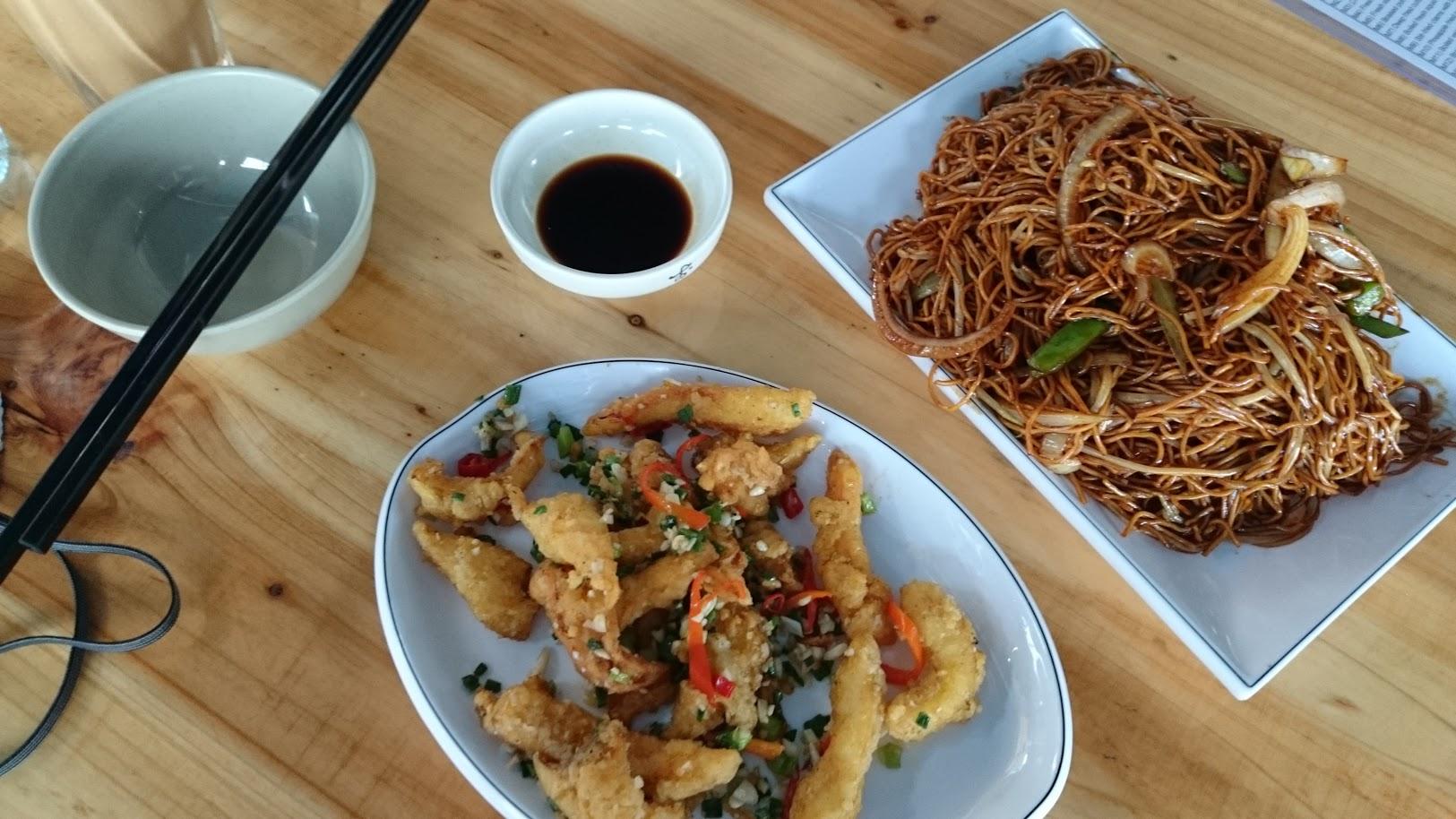 Seurasin ruuantuoksua tähän muutaman muovipöydän ravintolaan ja sain parasta paistettua mustekalaa ikinä!