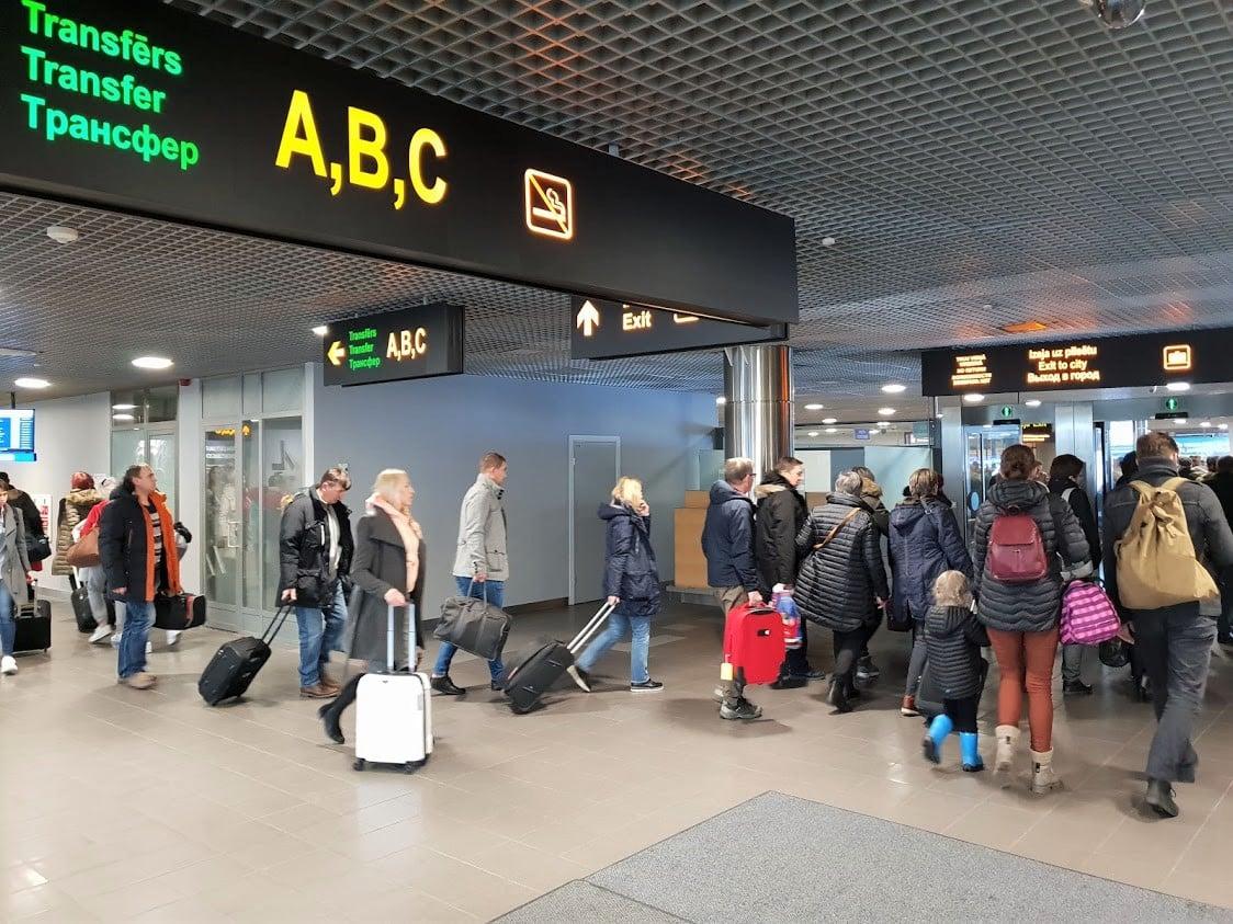 Riika lentokenttä välilasku bussi kaupunkiin lennonvaihto