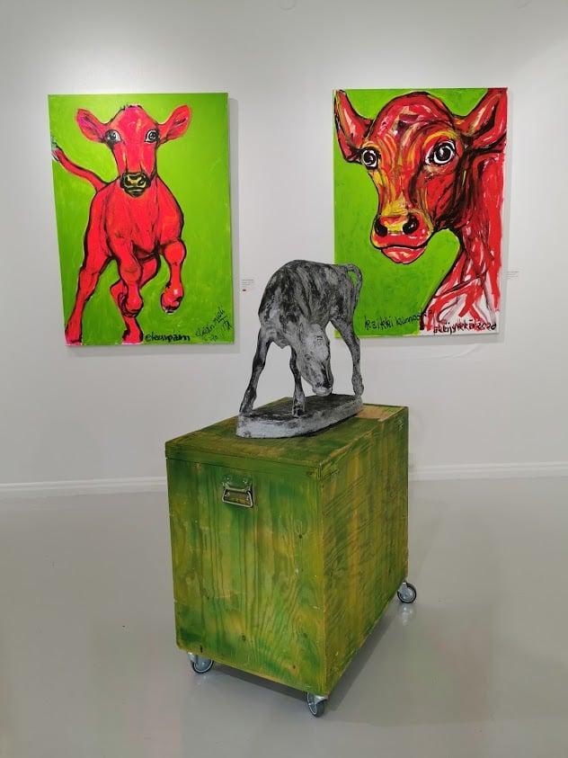 taidekeskus salmela lehmä veistos taulu laatikko