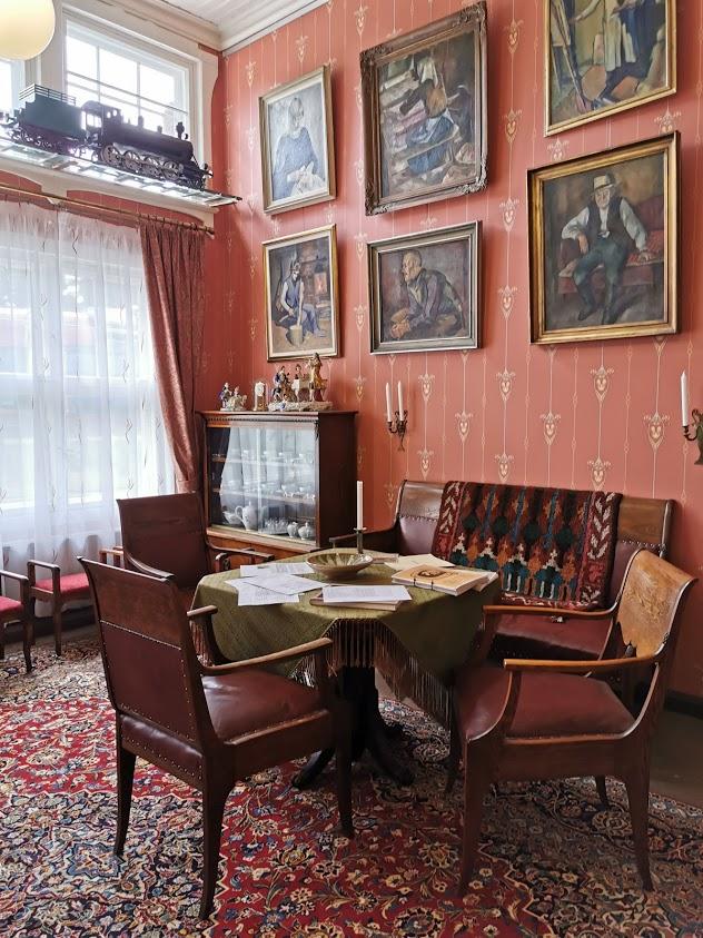 Aseman taidelaituri taulu tuoli pöytä