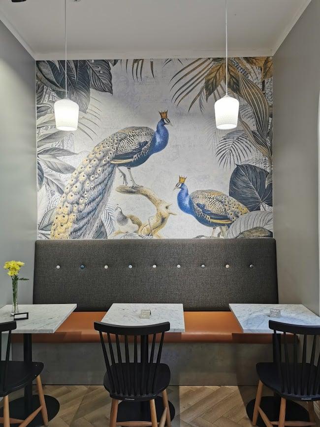 cafe aitoleipä brunssi pöytä tuoli tapetti seinä riikinkukko