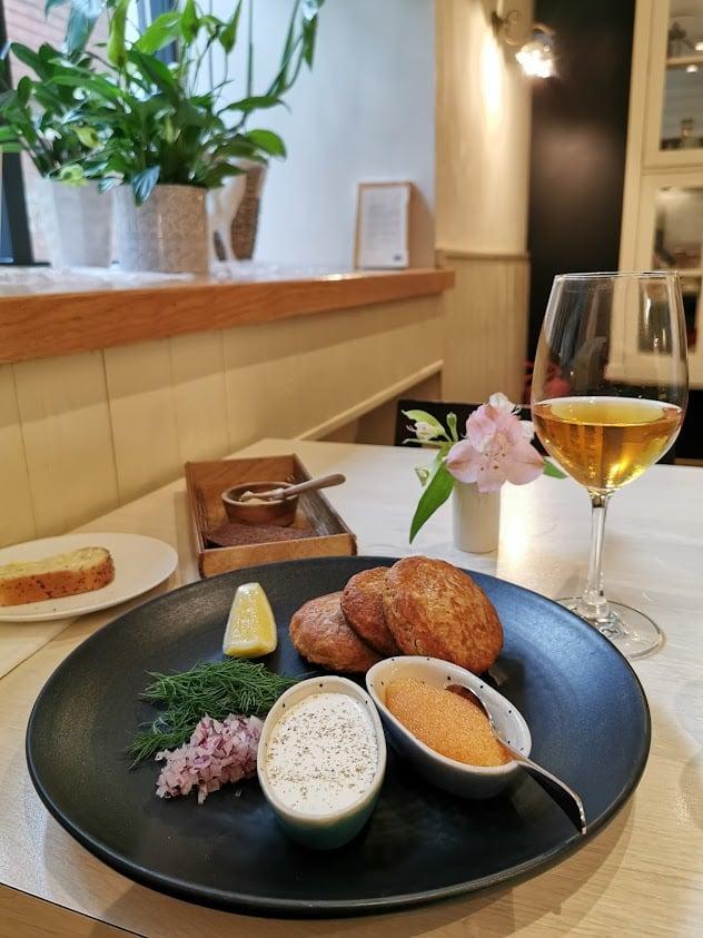 Tallinna venäläinen ravintola blinit viinilasi ruoka lautanen