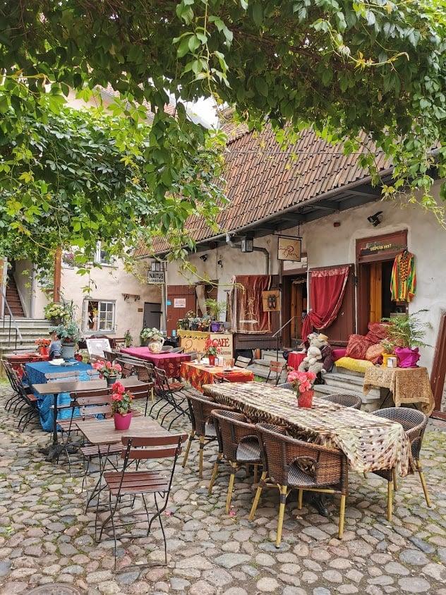 Tallinna vanhakaupunki kahvila sisäpiha