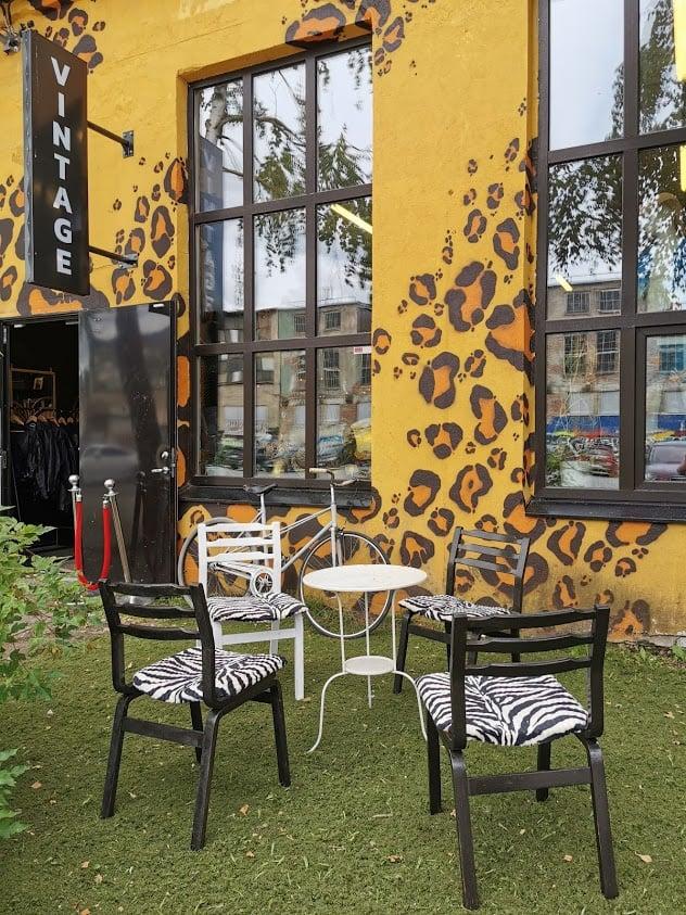Telliskivi seinä maalaus pöytä tuolit ikkuna