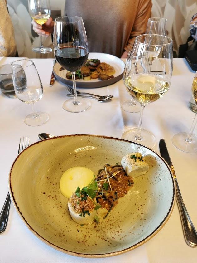 ravintola pääruoka viinilasi