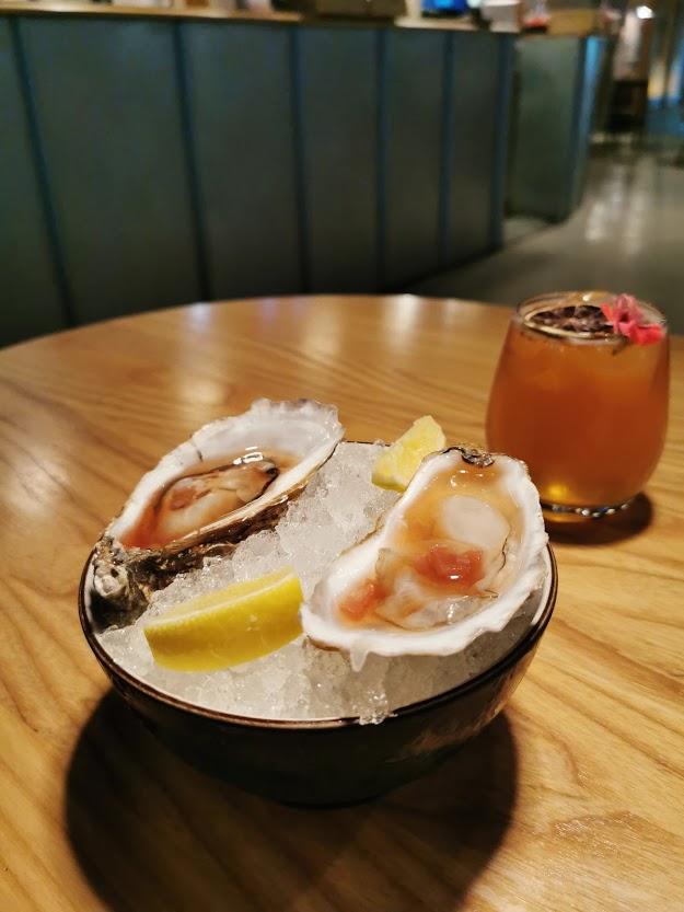 ruoka lautanen drinkki osterit