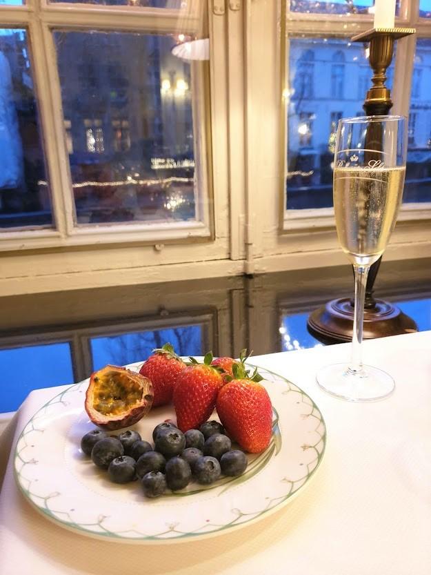brugge aamiainen samppanja ikkuna lasi mustikka passionhedelmä hotelli mansikka