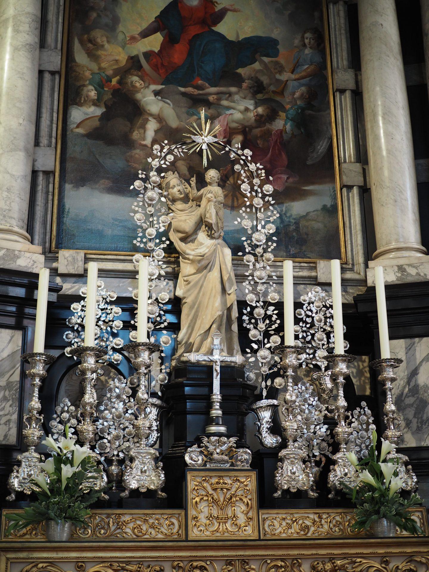 brugge kirkko alttari kynttilä