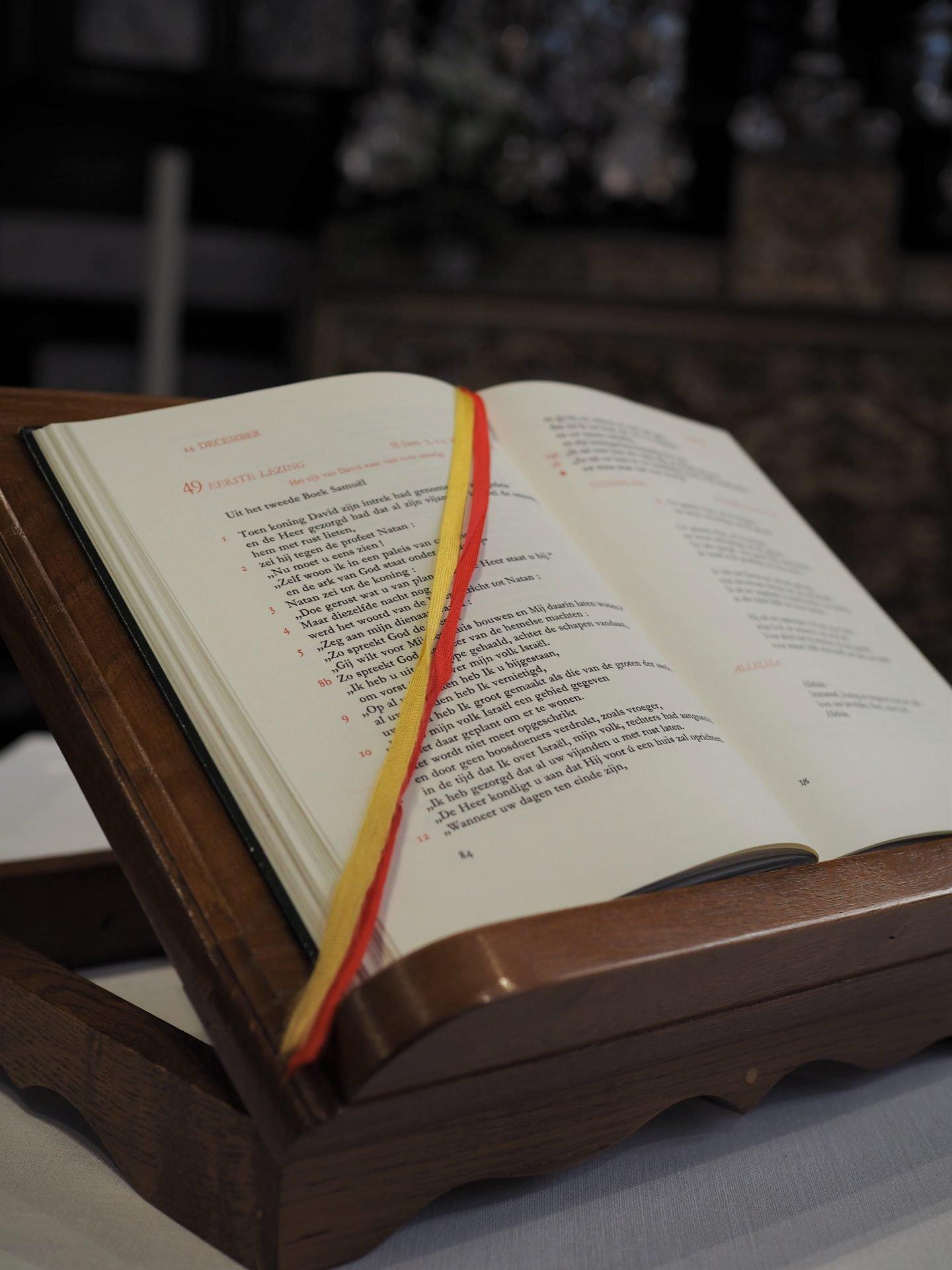 brugge kirkko alttari raamattu