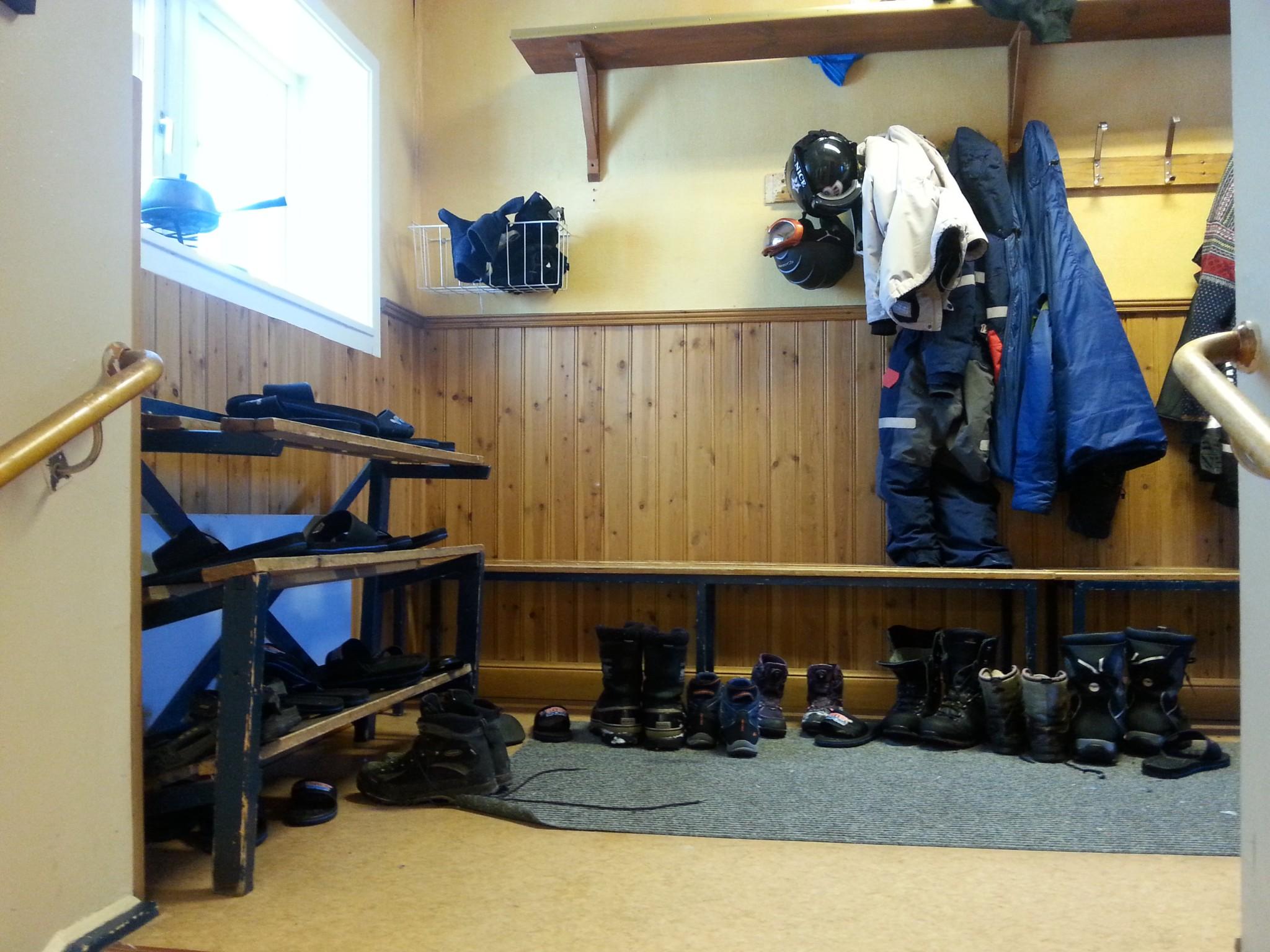Lumiset kengät piti ensin nakata jalasta ja vaihtaa lipposiin.