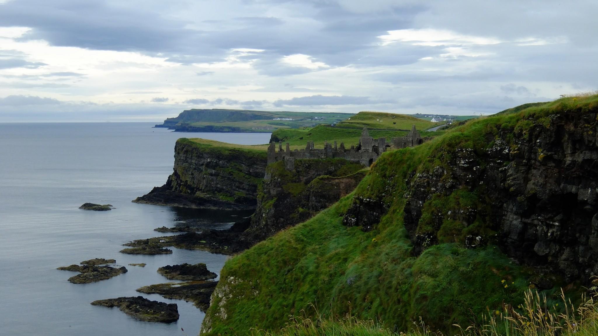 Tällaisia maisemia tulee vastaan Pohjois-Irlannissa Causeway Coastilla.