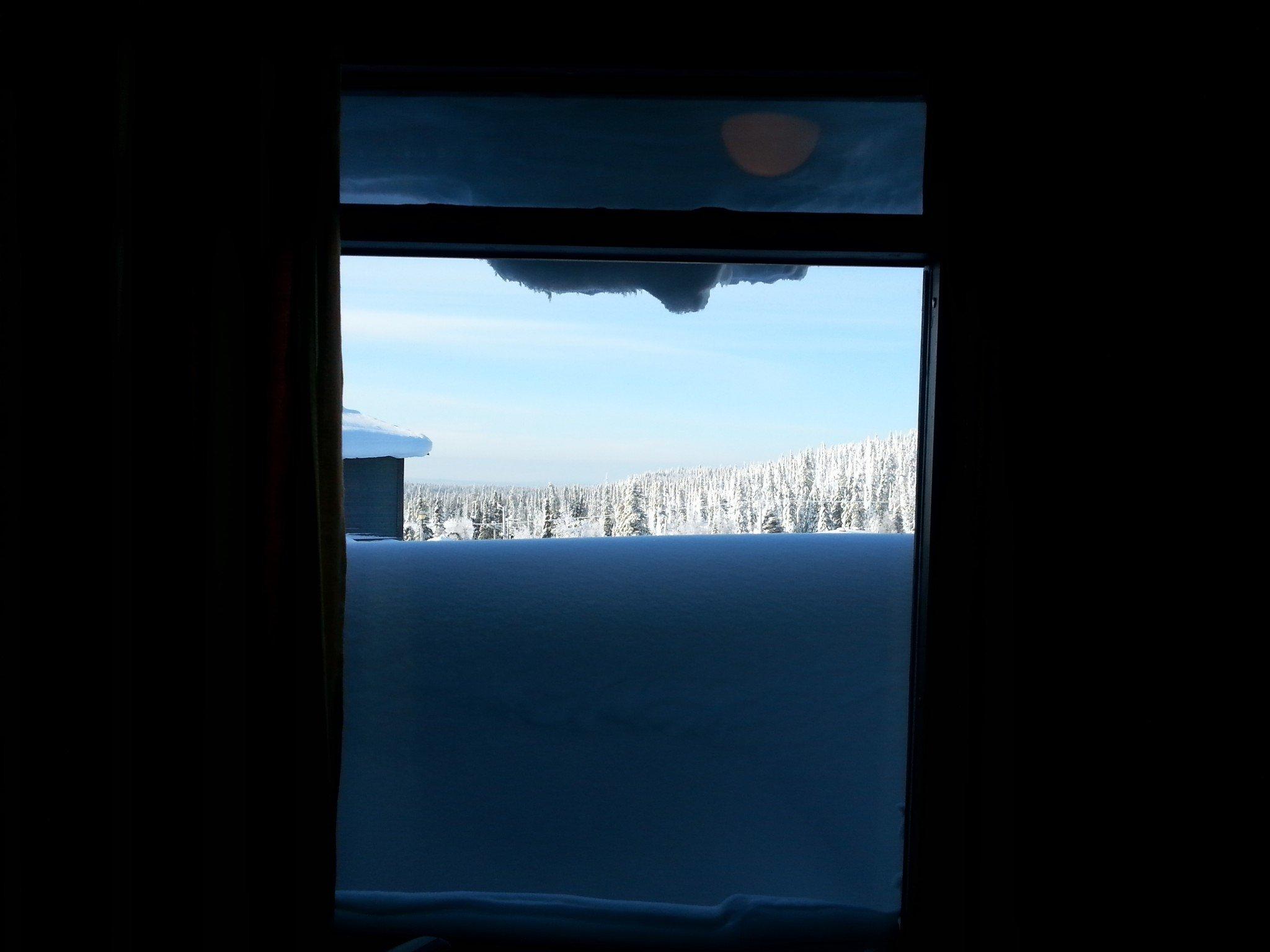 Tämän verran lunta ikkunan alla. Lumivalli toimi hyvin myös näköesteenä takapihan parkkipaikalle :D