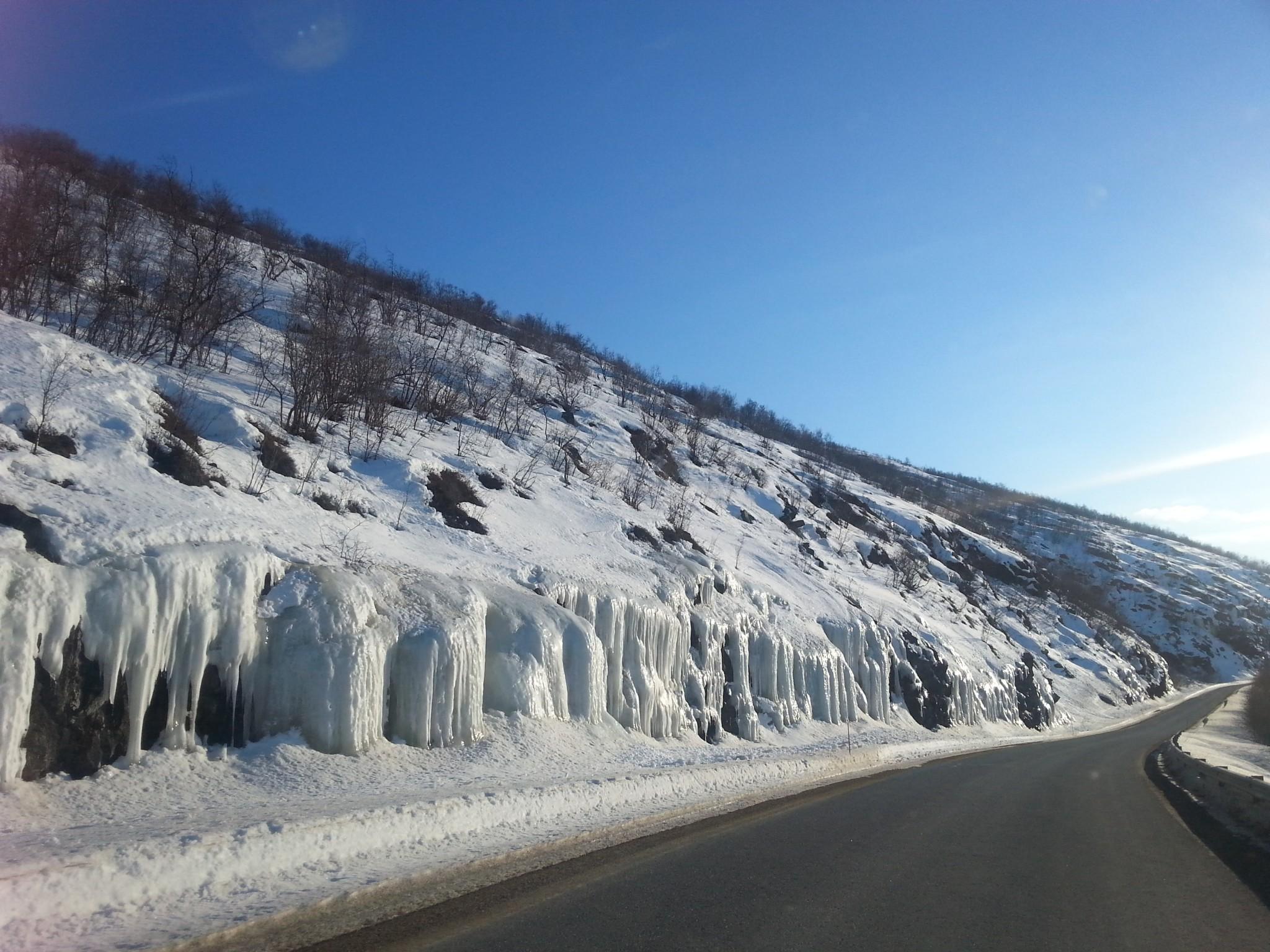 Matkan varrelta löytyi myös upeita jääputouksia!