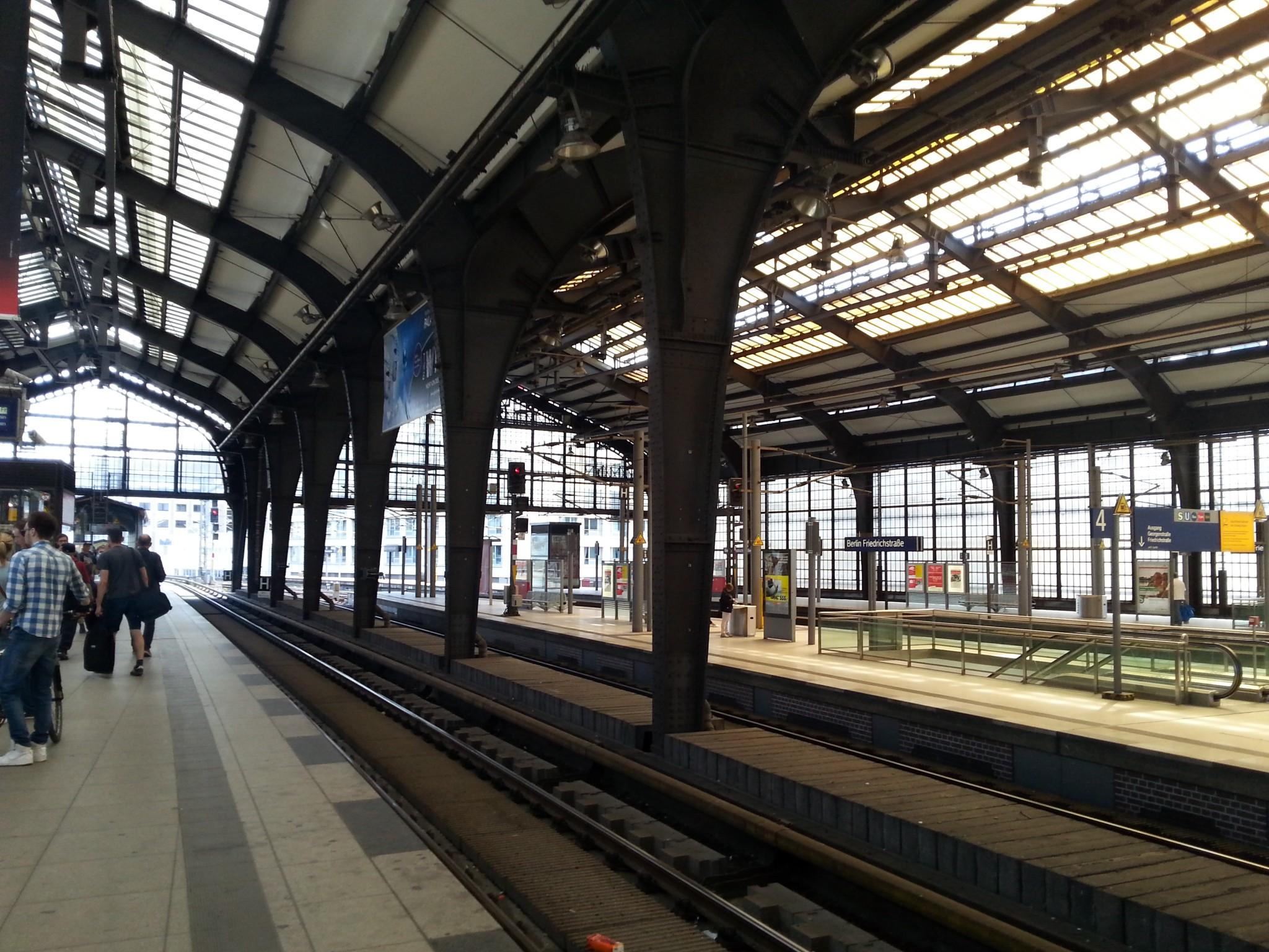 S-junat ja U-junat menee sekaisin, ja välillä oltiin ihan hukassa mihin suuntaan piti olla kulkemassa. Ja voihan lipun osto, miten osasikin olla vaikeaa!