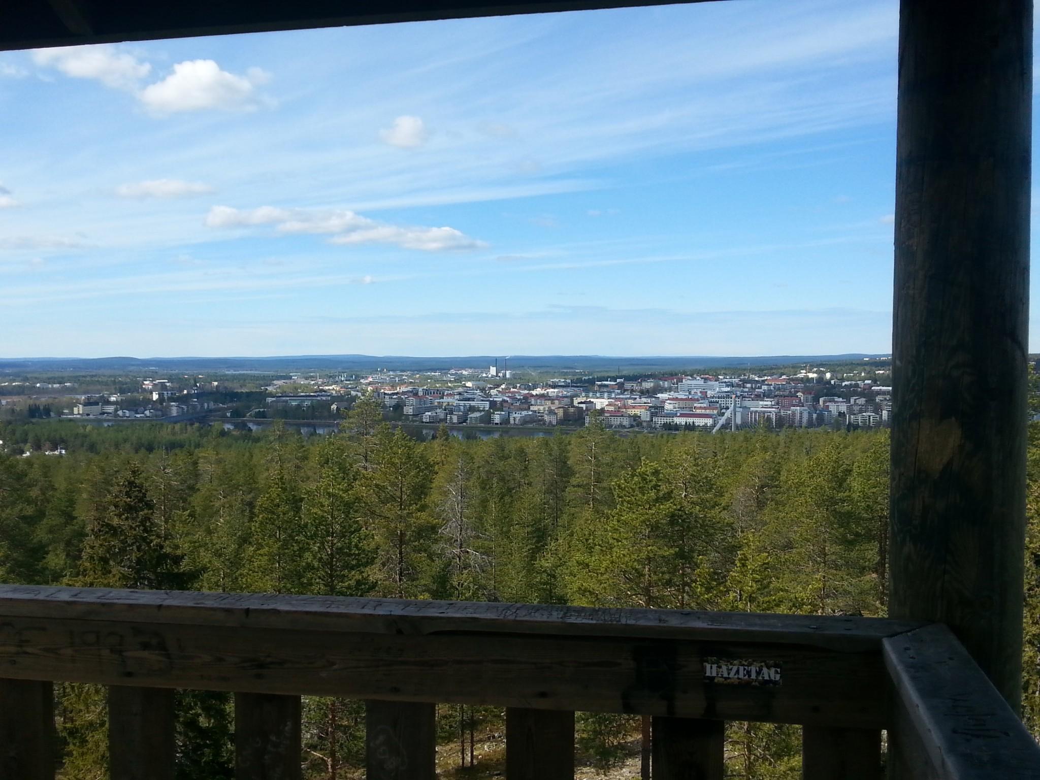 Ounasvaaran rinteeltä on aika huikaisevat näkymät Rovaniemen keskustaan, kunhan kiipeää näkötornille!