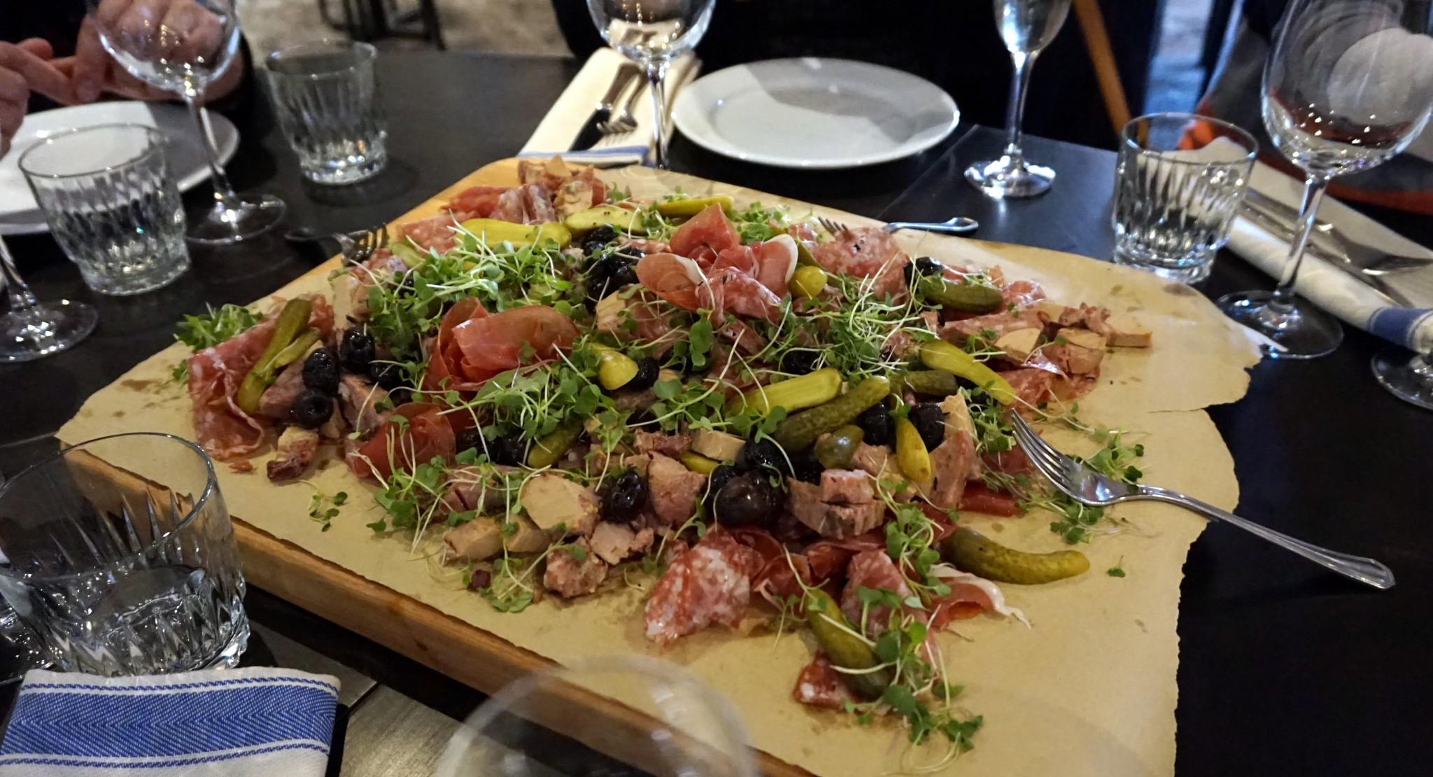 Oikein etikkaisia maustekurkkuja, oliiveja, Lyonin salamia, kinkkua ja ankanmaksaterriiniä. NAM.