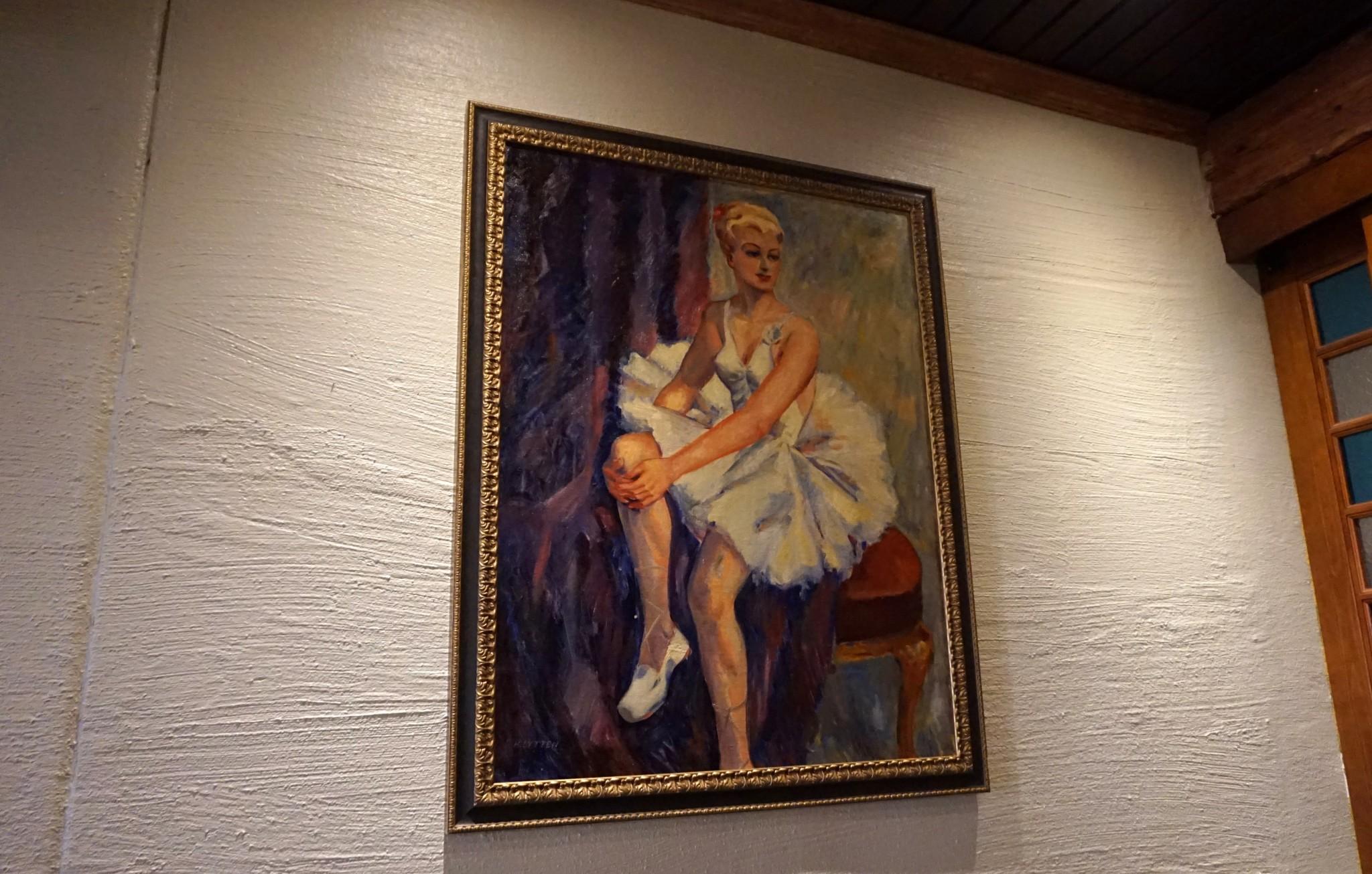 Ravintolan nimi tulee tämän maalauksen neidon tarinasta. Ranskalainen tyttö rakastui Lapissa uittojätkään, mutta ylhäinen isä ei suhdetta hyväksynyt. Niin Chérie (eli rakas) raahattiin takaisin Ranskaan.
