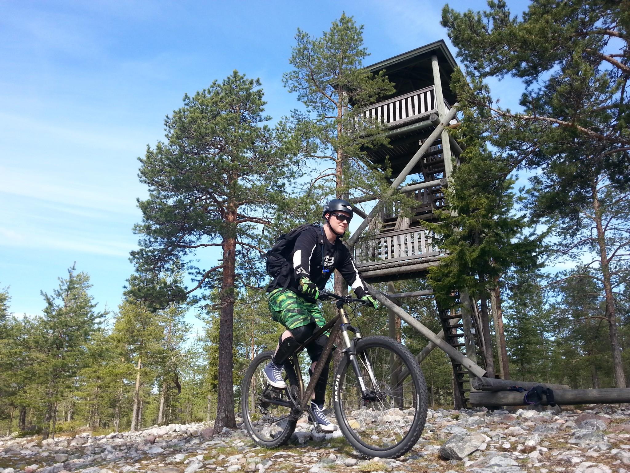 Ounasvaara on maastopyöräilijän unelmakohde. Kuvan näkötornin voi saavuttaa helposti kävellen Sky Hotel Ounasvaaralta.