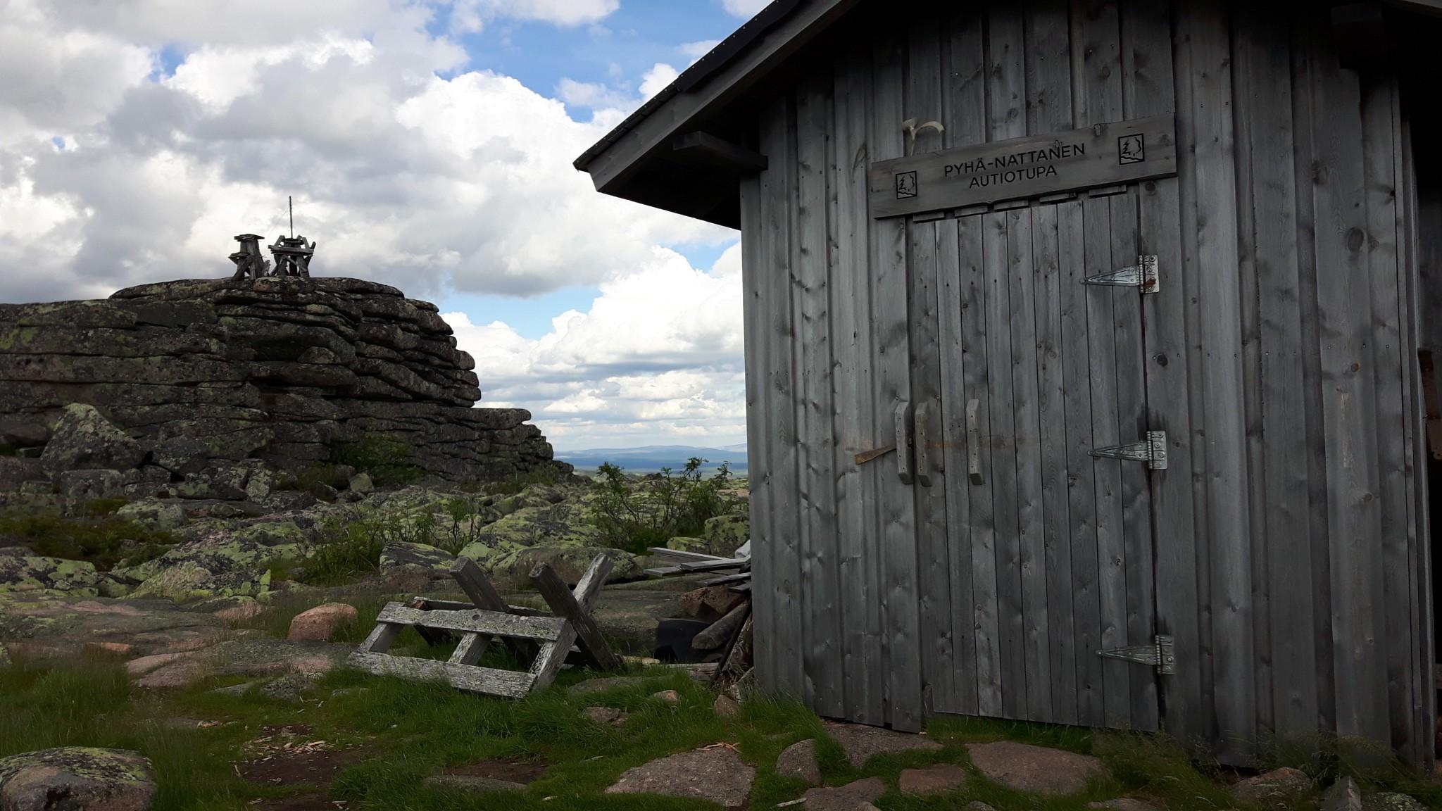 Pyhä-Nattaselta löytyy myös palovartijan maja ja vanhoja suuntimia toor-muodostumien kupeesta. Maisemat on suoraan sanottuna häikäisevät!