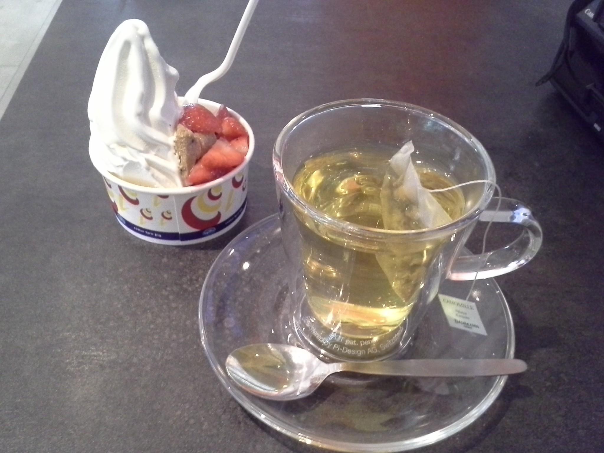 Islantilaisittain säälittäväisen pieni jäätelöni (ne ottaa yleensä aina vähintään sen puoli litraa, mielellään litran ja kaikilla mausteilla) sekä vihreää teetä.