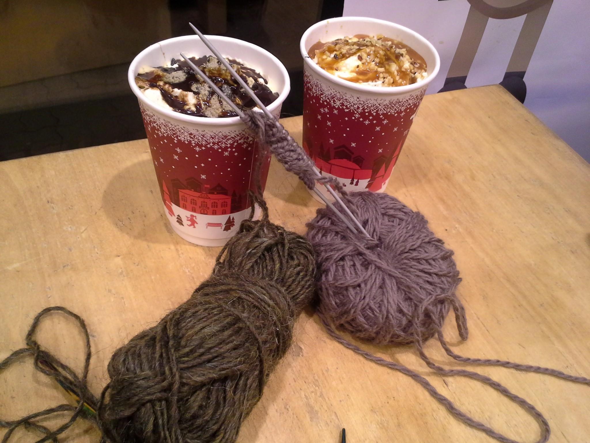 Harrastimme aktiivisesti neulomista ja kulutimme Eymundssonin penkkejä erikoisjoulukahveja juoden.