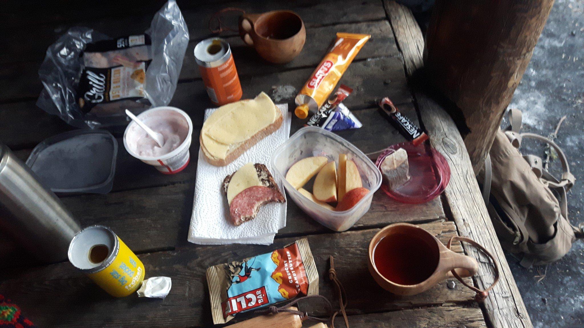 Erään lauantain aamiainen Ounasvaaran laavulla ennen töihin menoa.