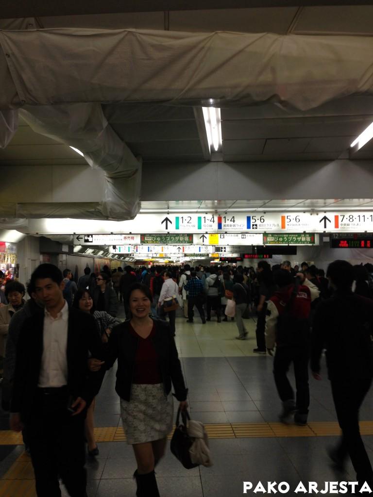 Shinjukun juna-aseman ihmismassaa. Tämä oli vielä pieni määrä.