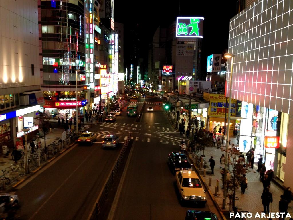 Shinjukun juna-aseman länsipuolella otettu kuva