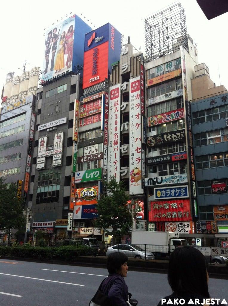 Shinjukun rakennukset ovat täynnä mainoskylttejä