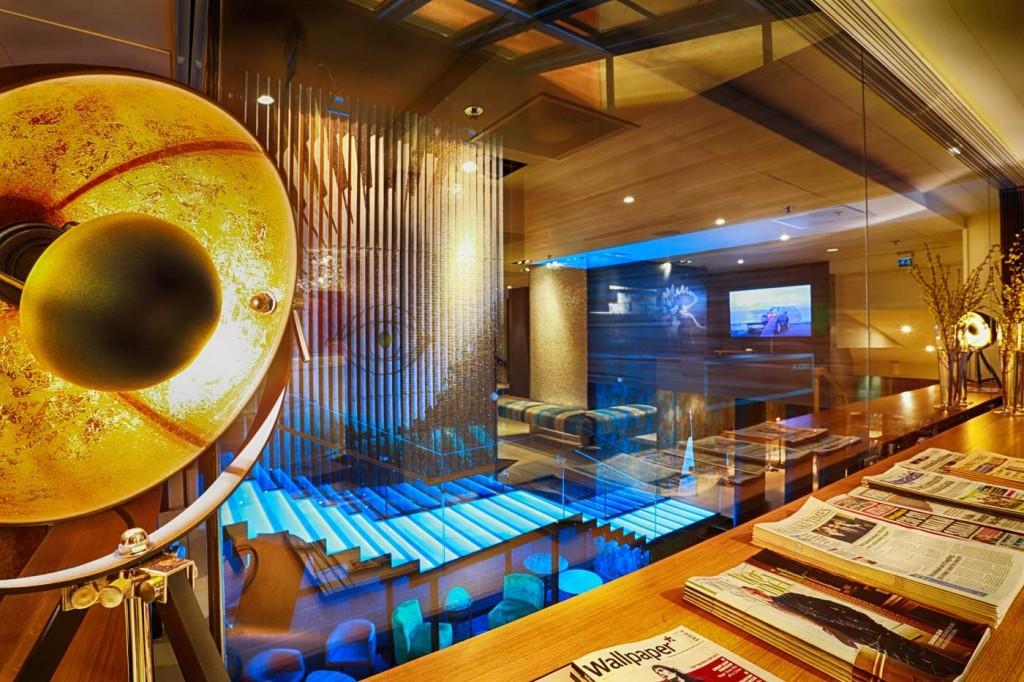 Nämä sinisenä loistavat portaat yhdistävät Livingroomin yläkerran ja keskitason