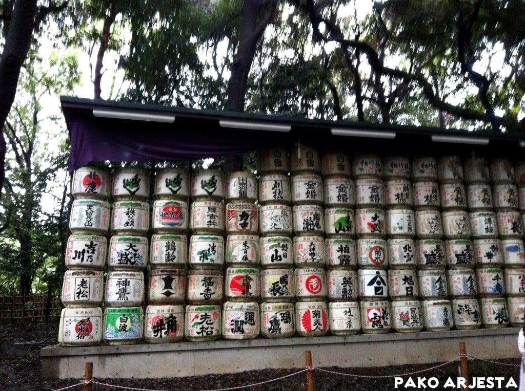 Muinaisia sake-tynnyreitä Yoyogin polulla