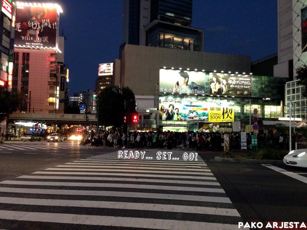 Valojen vaihtumisen odottamista Shibuyan risteyksessä