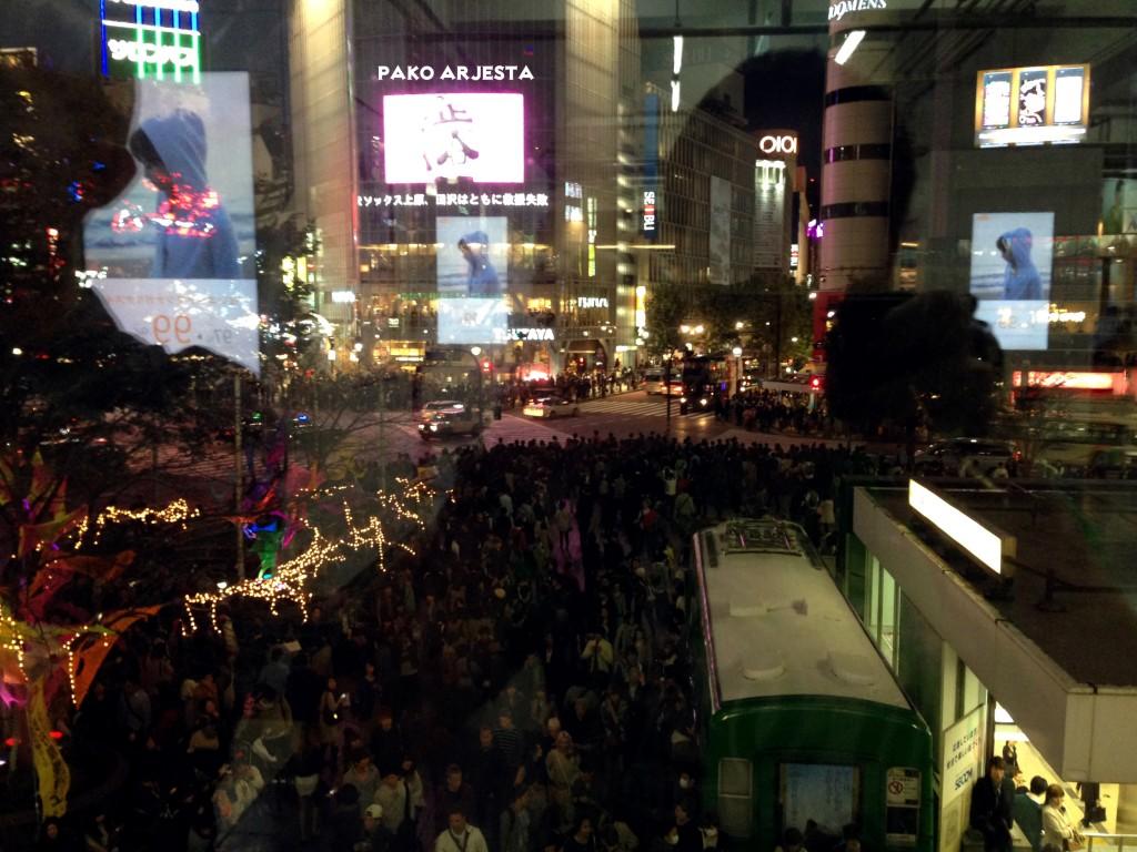 Shibuyan risteys ennen valojen vaihtumista...