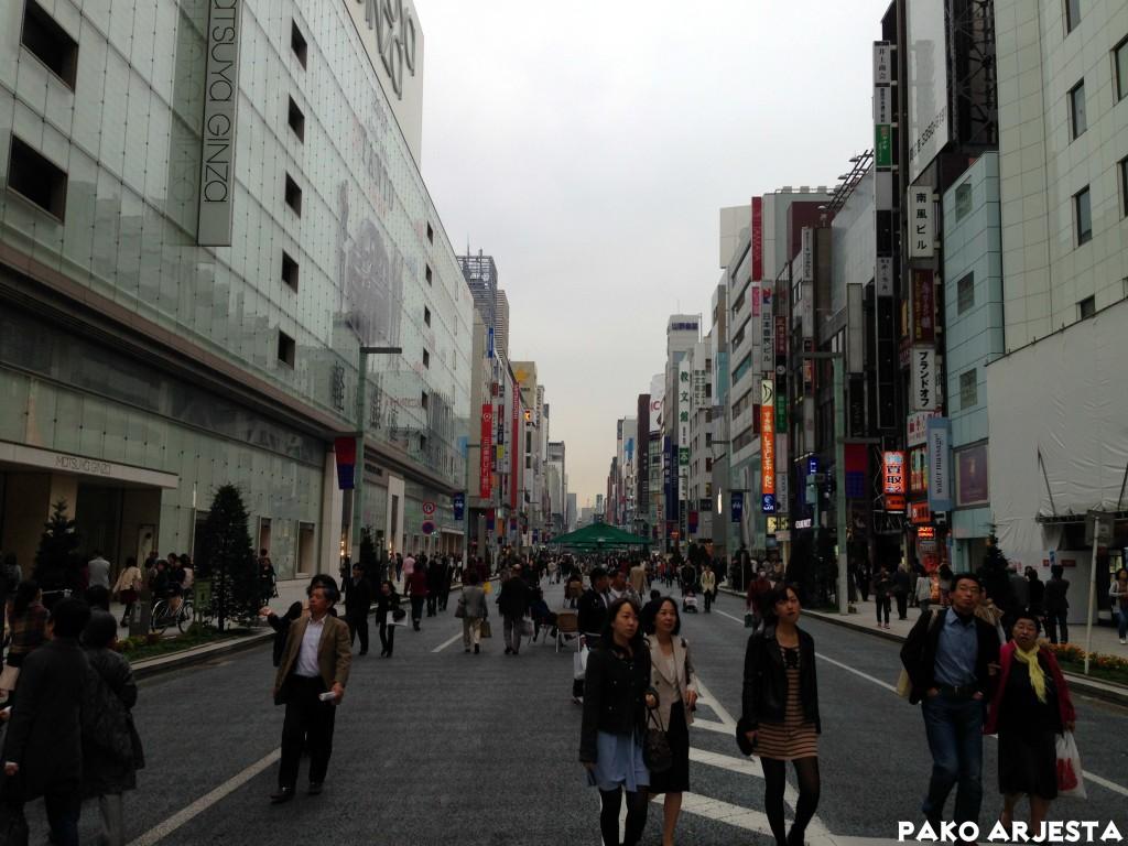 Ginzan pääkatu jalankulkijoiden käytössä
