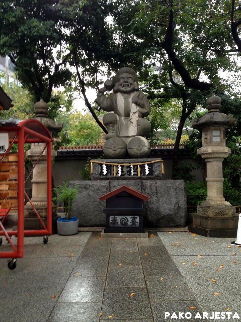 Kanda-pyhäkkö istuva patsas Akihabara Tokio