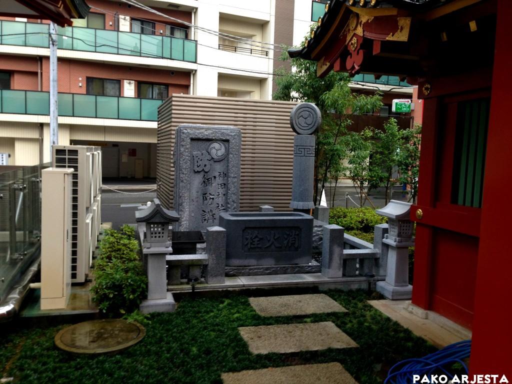 Kanda-pyhäkkö kiviveistos Akihabara Tokio
