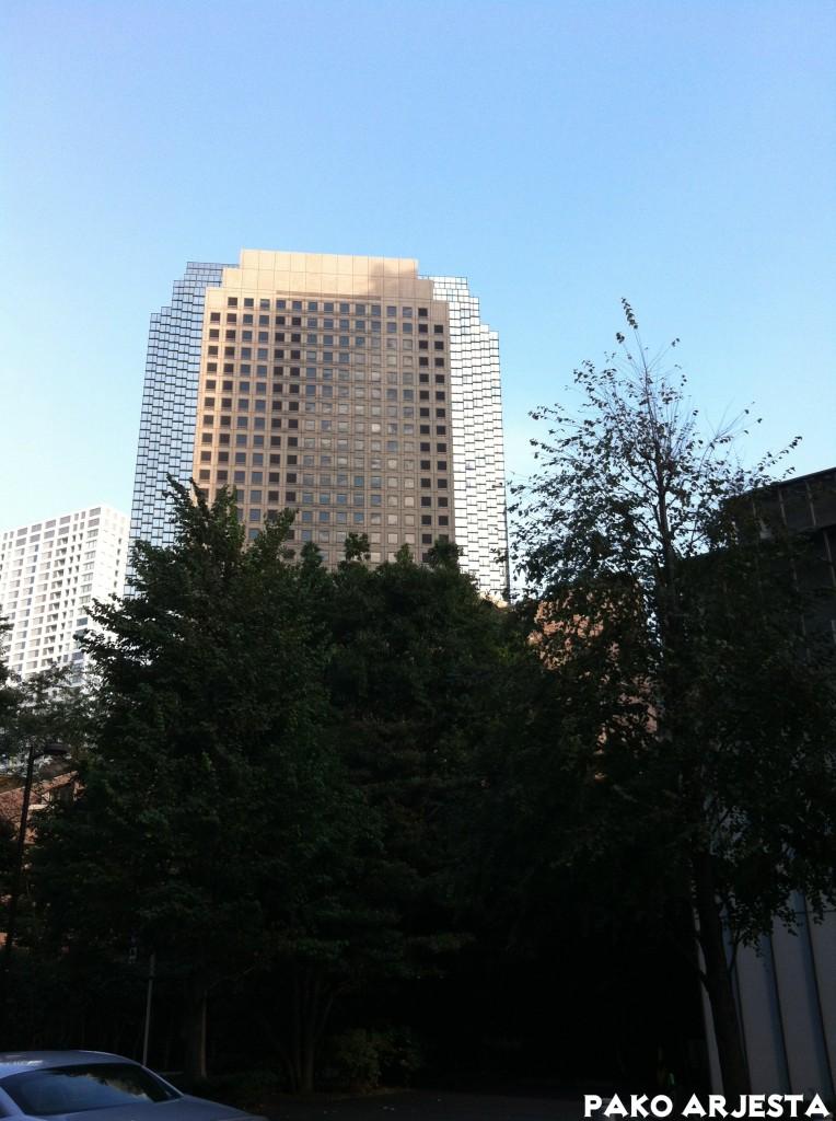 Kuvasta se ei välity kunnolla, mutta sivuissa olevat ikkunat heijastivat sinisen taivaan ja valkoiset pilvet upealla tavalla