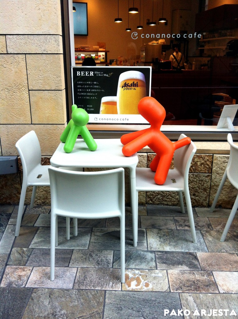 Tiia bongasi nämä Eero Aarnion Puppy-taideteokset kahvilan ulkopuolella