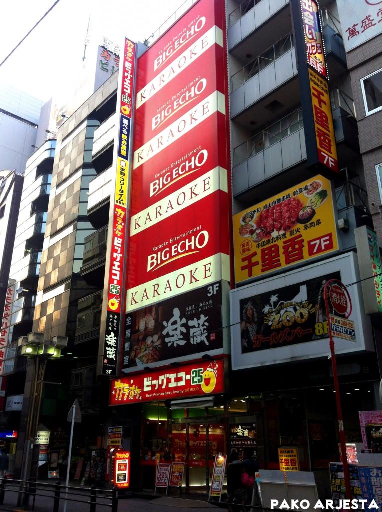Karaokepaikat ovat melko kookkaita Tokiossa