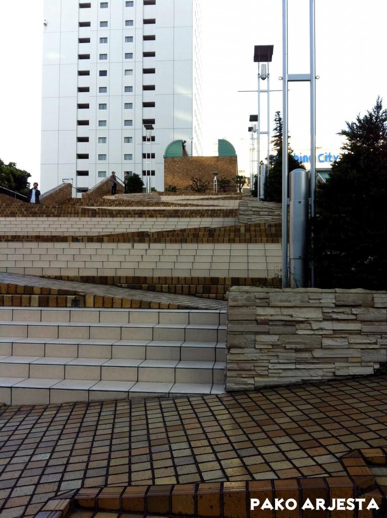 Sunshine City -kauppakeskuksen ulkopuolelta löytyvät portaat
