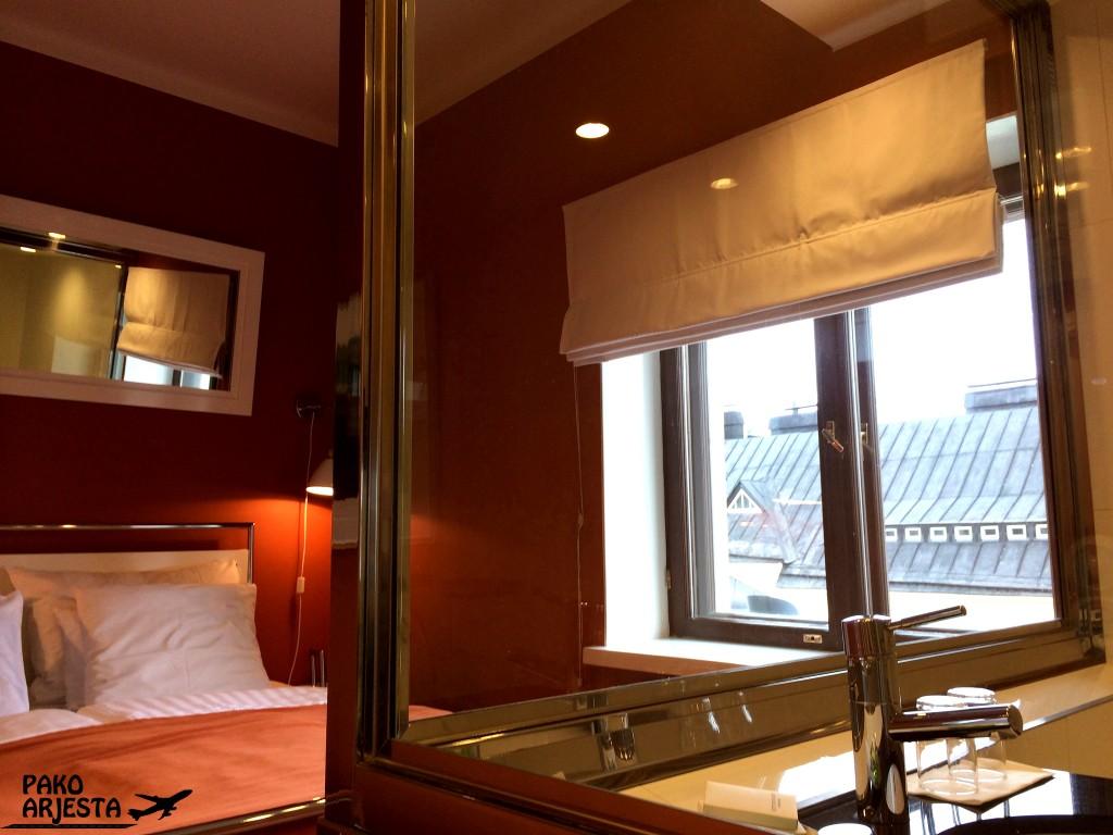 4. Hotelli Torni sänky ja ikkuna