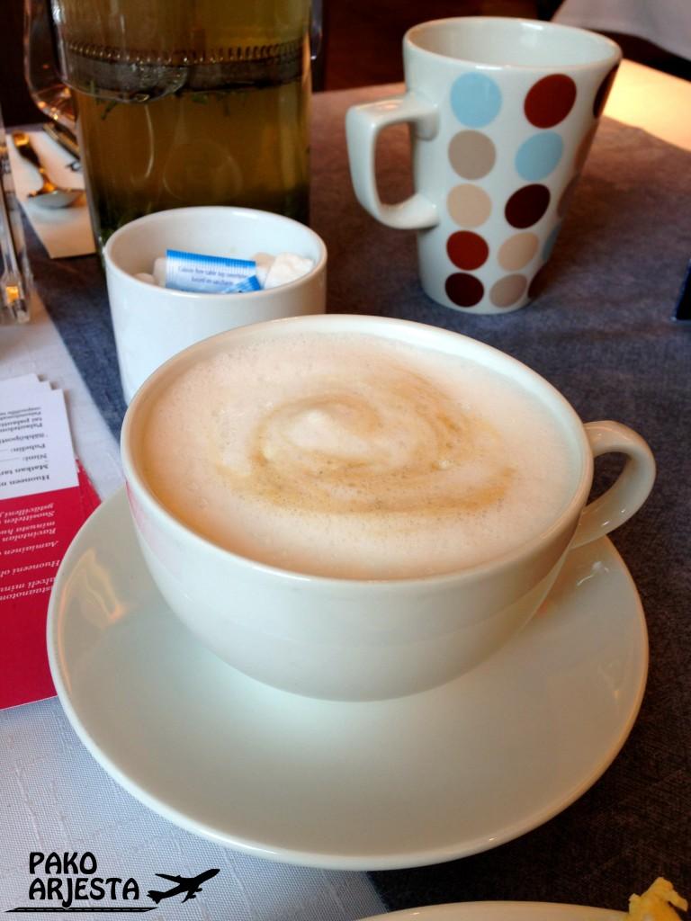 Aamiaisen hintaan kuuluivat myös cappuccinot