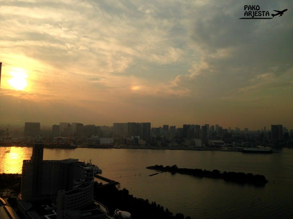 Auringonlasku Odaiban tekosaarella