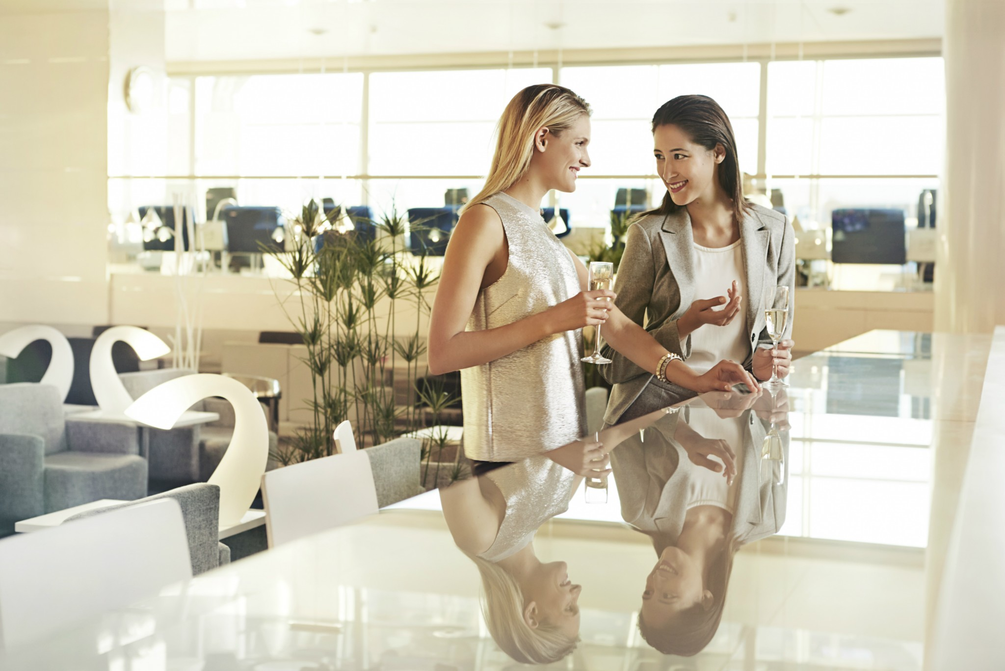 Finnair women in lounge 02