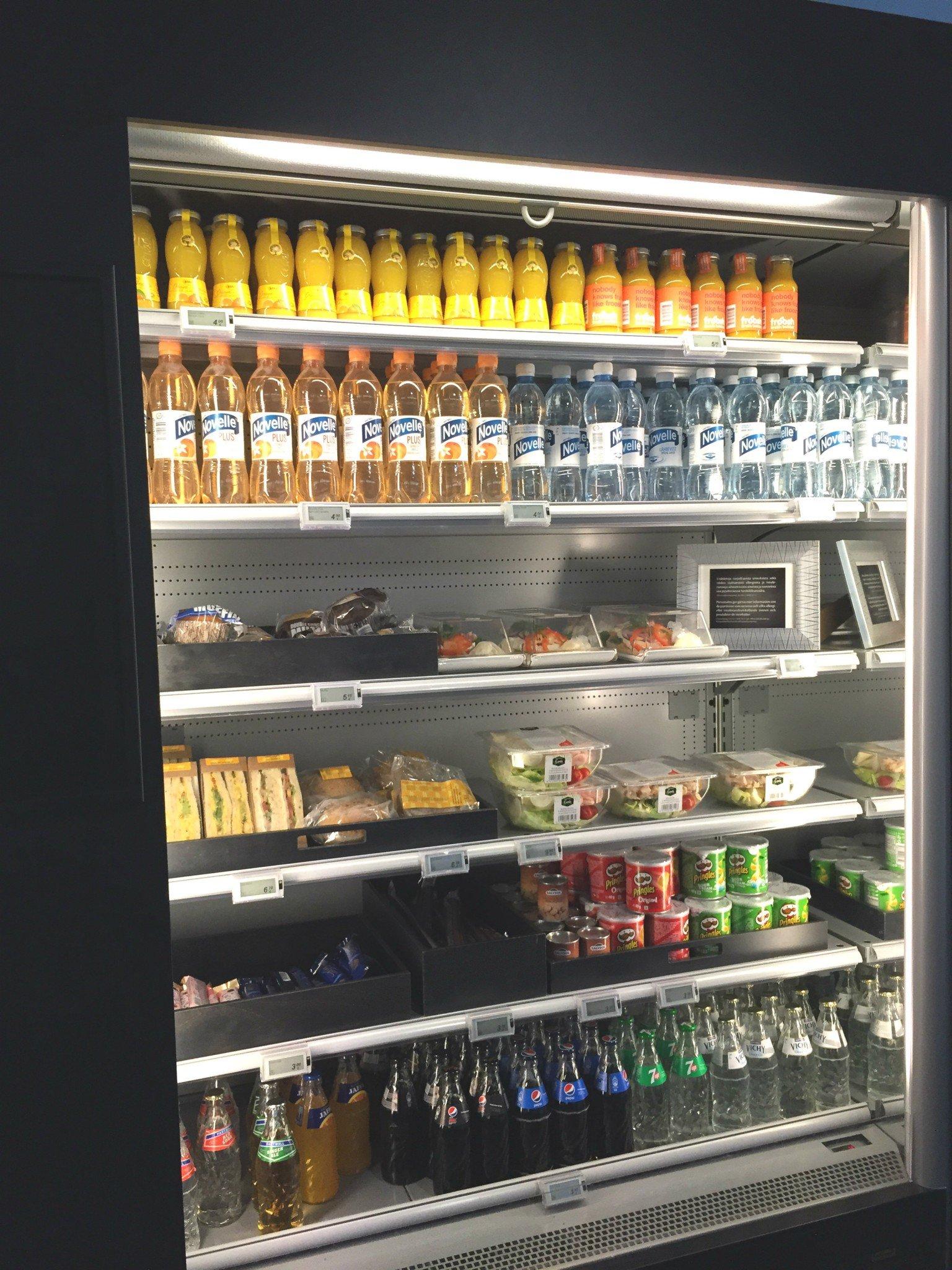 HUBista saa myös valmiita salaatteja, kolmiovoileipiä ja juotavaa 24/7