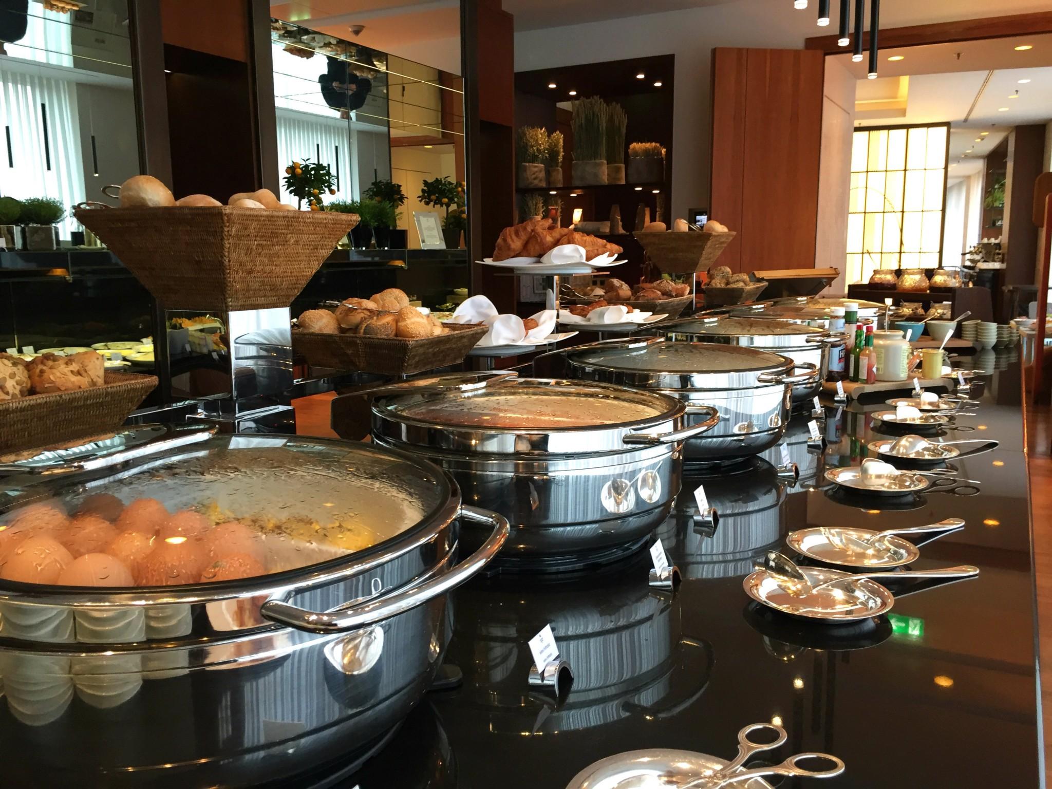 Waldorf Astoria Berlin aamiaispöytä